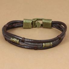 Leren armband met koperen sluiting en versierselen